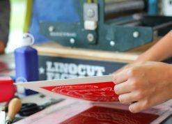 Atelier linogravure et illustration à la médiathèque d'Artigues. Spig Linocutfactory / Stéphane Getas